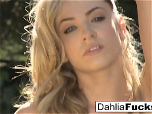 Dahlia's mind-blowing outdoor solo