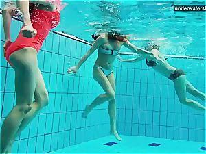 trio nude femmes have fun underwater