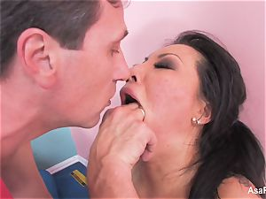 japanese superstar Asa Akira gets an rectal spreading