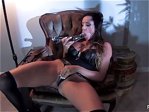 Ariella Ferrera penetrates herself with a fat glass plaything