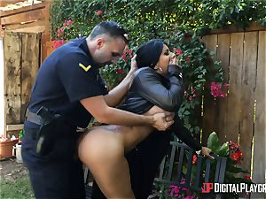 Unscrupulous flasher gets disciplined by policeman in a public park
